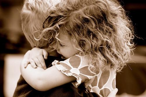 Abbraccio tra bambini_02