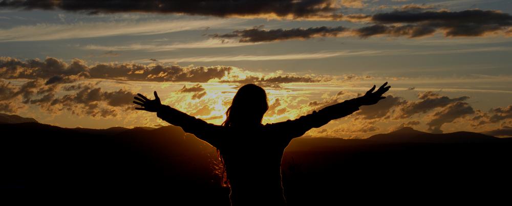 La vita va avanti - ragazza con braccia aperte