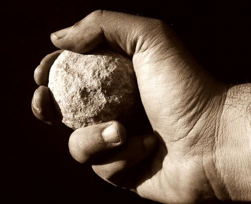 scagli-la-prima-pietra