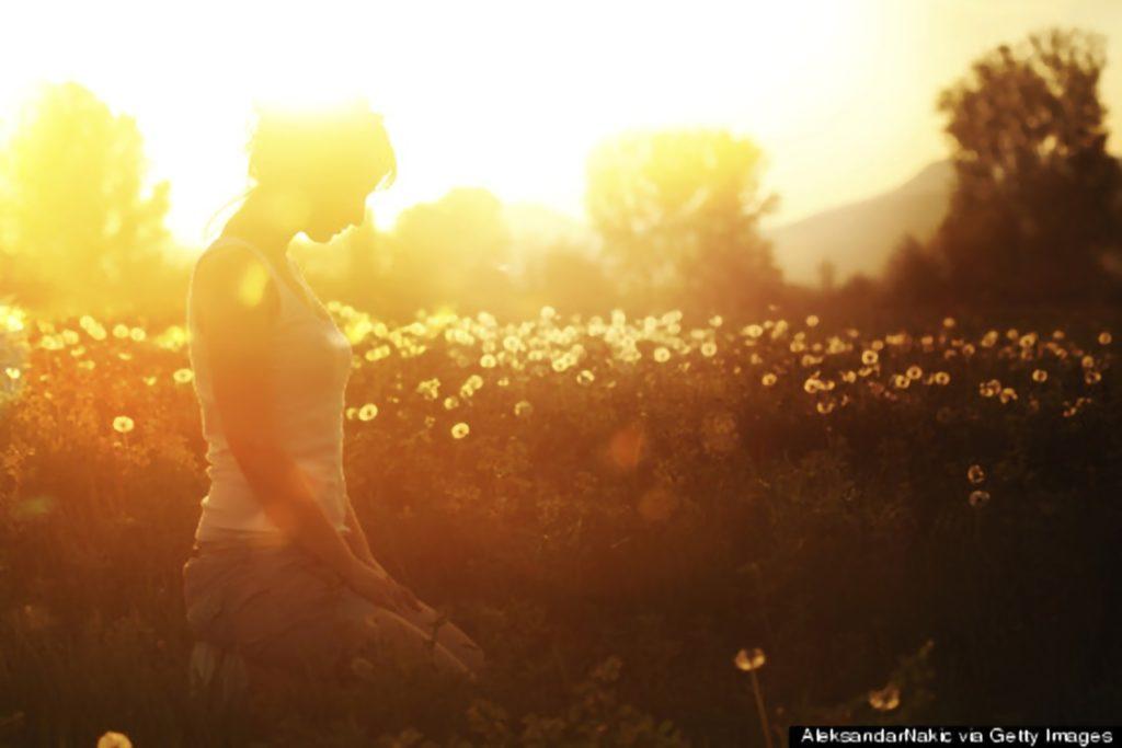 donna-che-prega-al-tramonto_inpixio